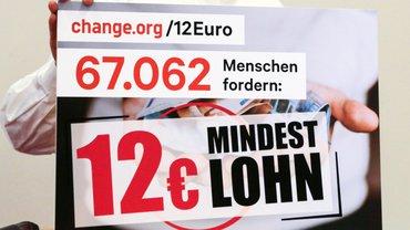 Schild mit der Aufschrift 67062 Menschen fordern 12,- € Mindestlohn.